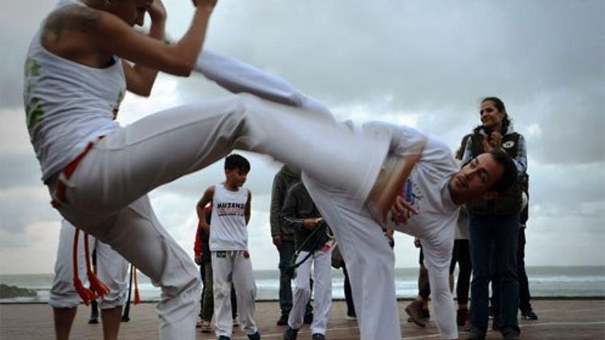 Capoeira en Las Canteras. )Canarias Ahora)