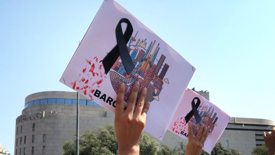 Manifestación de duelo por los atentados en la plaza de Catalunya, en Barcelona. FOTO: ANDREA BOSCH