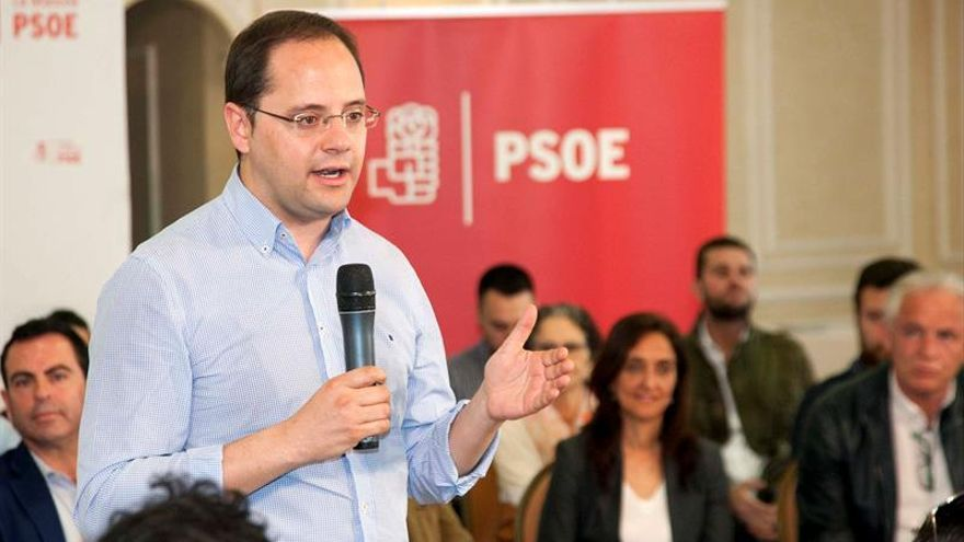 Luena pide a Iglesias que no esconda si defiende la independencia