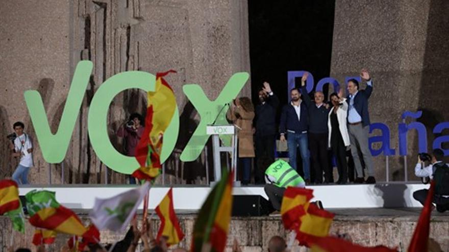Iván Espinosa de los Monteros, Santiago Abascal, José Antonio Ortega Lara, Rocio Monasterio y Javier Ortega Smith, en el cierre de campaña de Vox en la Plaza de Colón en Madrid