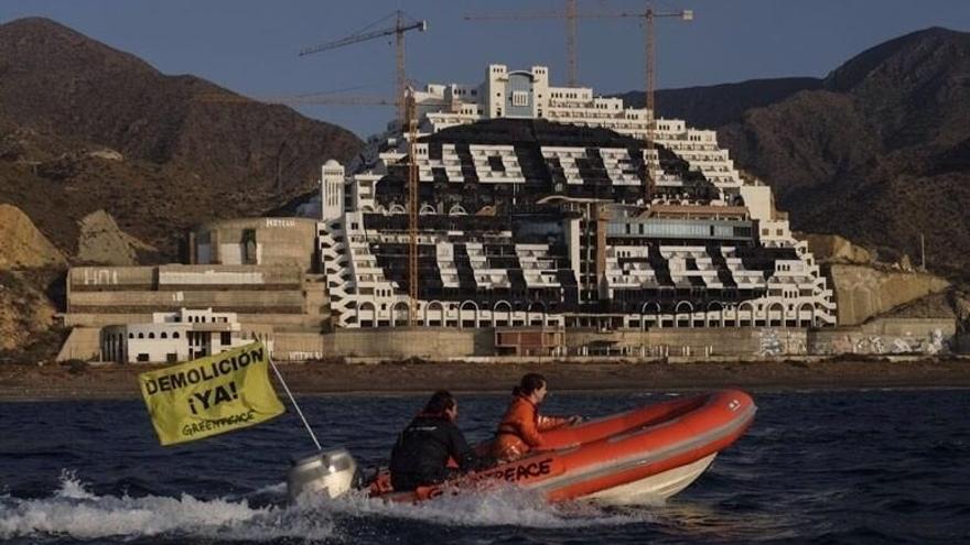 Greenpeace denuncia ante la Fiscalía a los alcaldes de Carboneras por la no demolición del Algarrobico