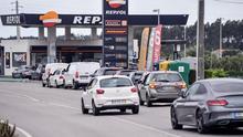 Un grupo de automóviles reposta en un puesto de combustible en Caldas da Rainha, el pasado jueves, con motivo de la huelga indefinida de transportistas de mercancías peligrosas.
