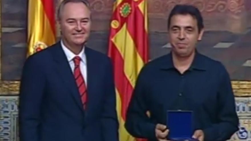 Imagen de la entrega de la distinción durante la ceremonia del 9 d'Octubre de 2013