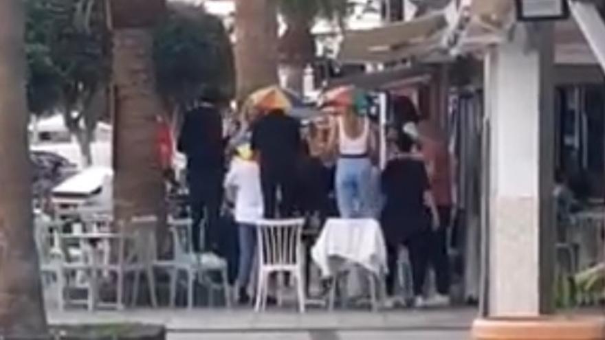 Un grupo de personas baila sobre las sillas de una terraza en Lanzarote, sin mascarillas ni distancia de seguridad