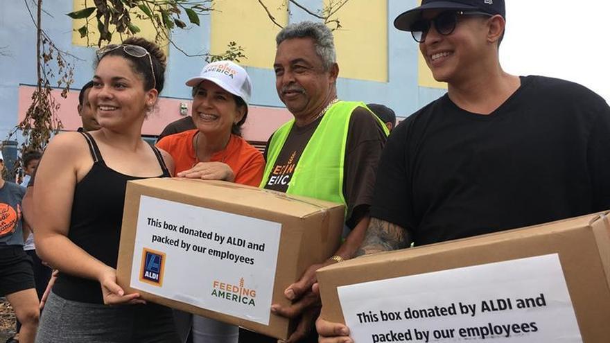 Daddy Yankee entrega 400 cajas de alimentos a damnificados al norte de Puerto Rico