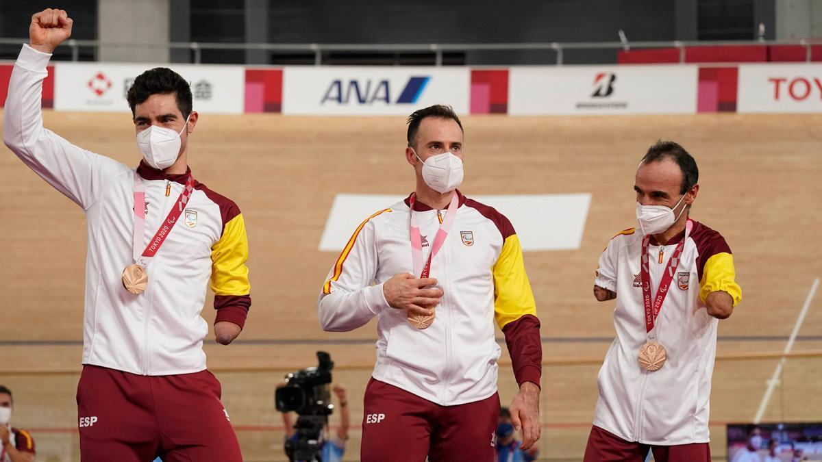 Alfonso Cabello, a la izquierda, con el bronce en velocidad por equipos