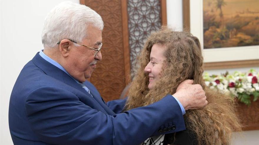 Bienvenda del presidente palestino Mahmoud Abbas a la joven Ahed Tamimi, tras salir de prisión.