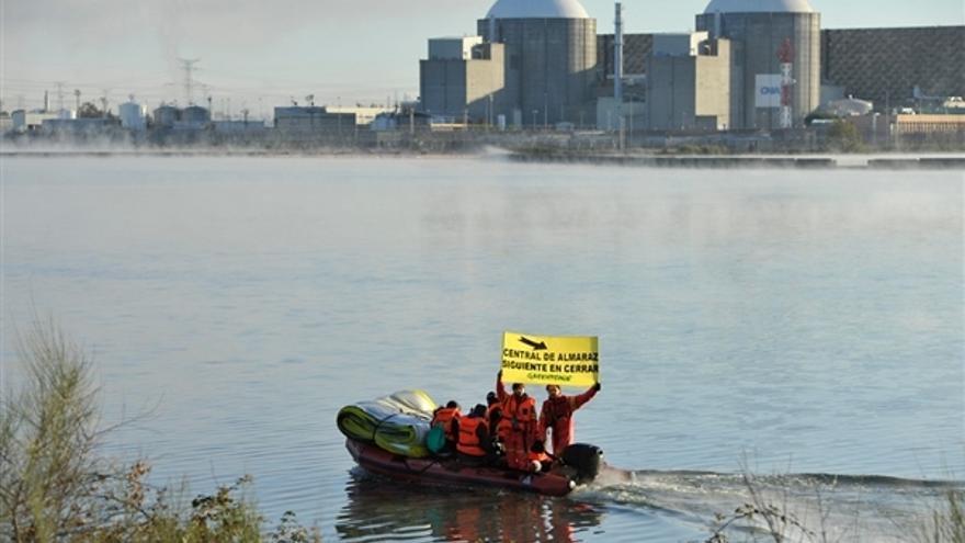 """La acción se ha desarrollado bajo el lema """"Central de Almaraz, siguiente en cerrar"""" y """"Ni una licencia más"""" / http://www.greenpeace.org/"""