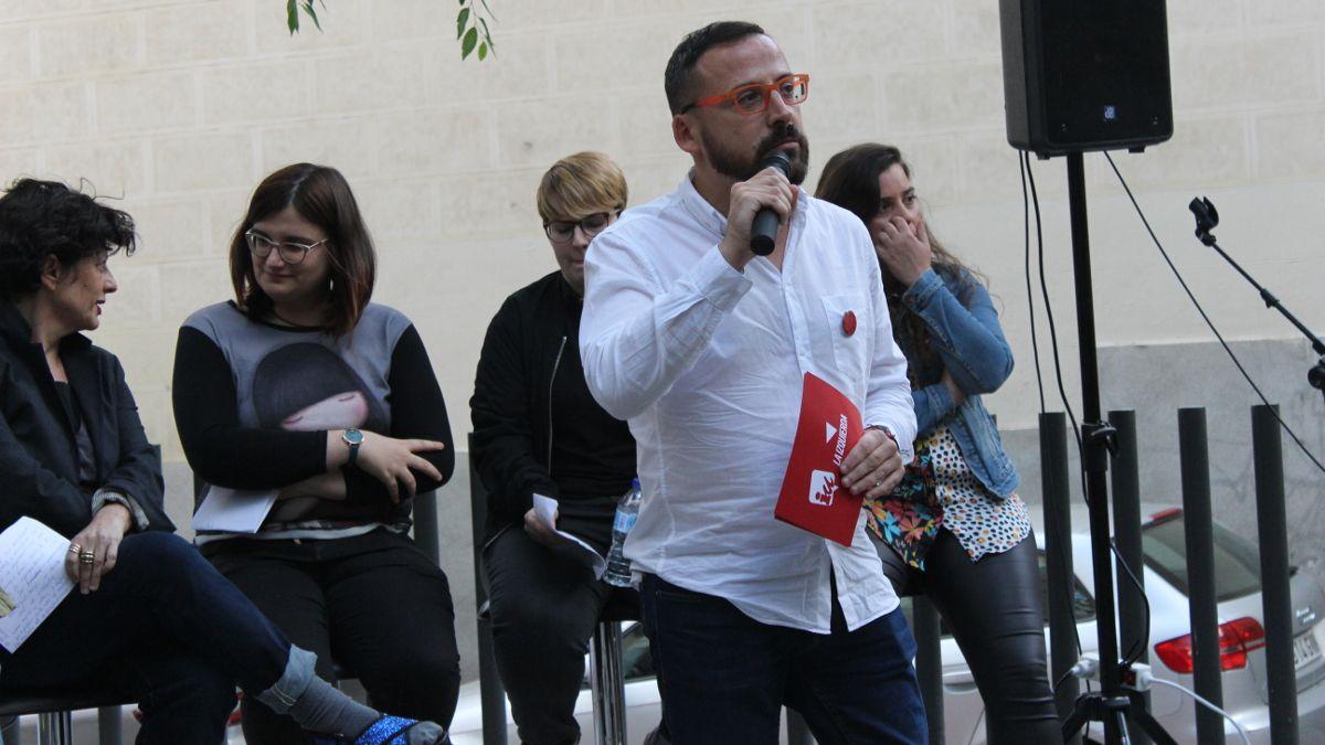 Curro Corrales, presentador el acto IU-Unidas Podemos en la Plazuela de la Memoria Trans | SOMOS CHUECA