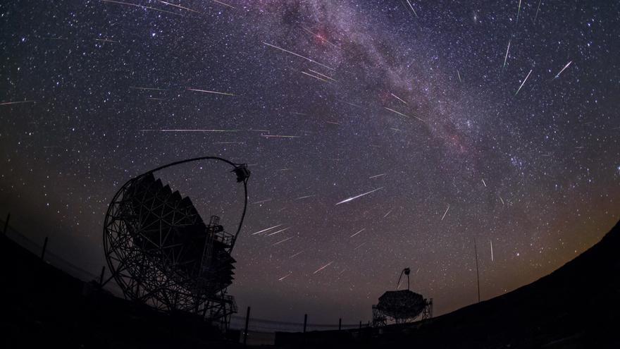 Perseidas en el Observatorio del Roque de Los Muchachos (ORM) con los telescopios MAGIC durante la noche del 11 al 12 de agosto de 2016. Crédito: Daniel López/IAC.