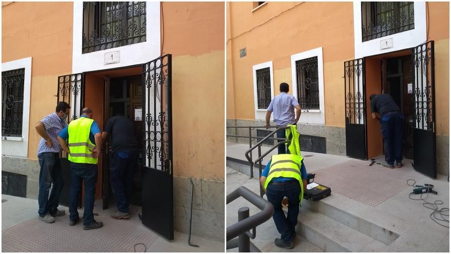 Momento en el que los cerrajeros enviados por el Ayuntamiento estaban forzando la entrada del edificio | SOMOS MALASAÑA