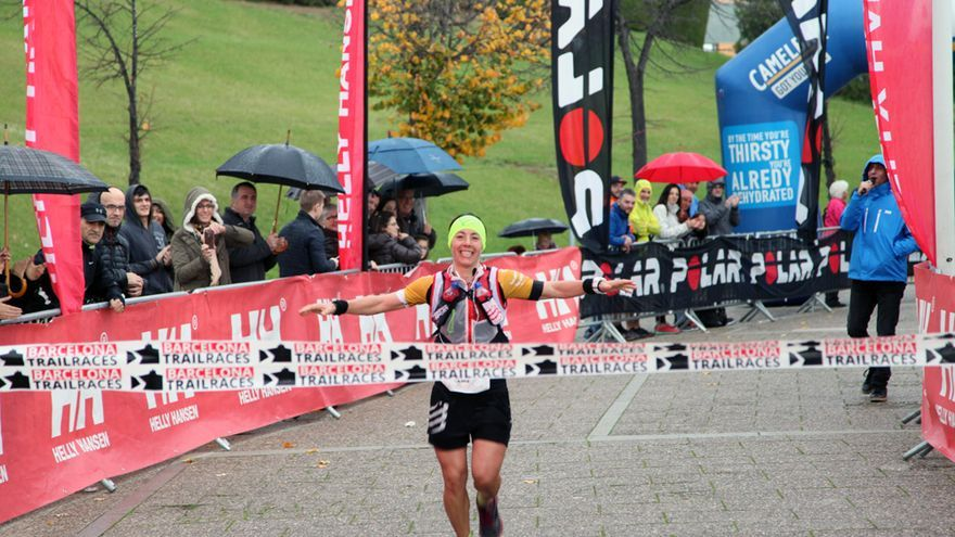 Laia Díez cruza la meta en primera posición.