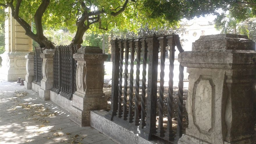 La valla del Casino de la Exposición de Sevilla está sufriendo un progresivo expolio.