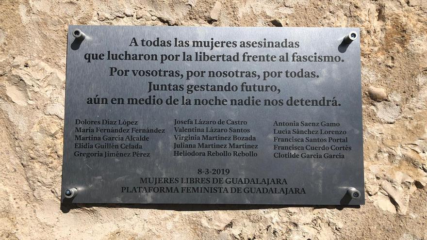 Placa en conmemoración de las mujeres que lucharon contra el fascismo en Guadalajara