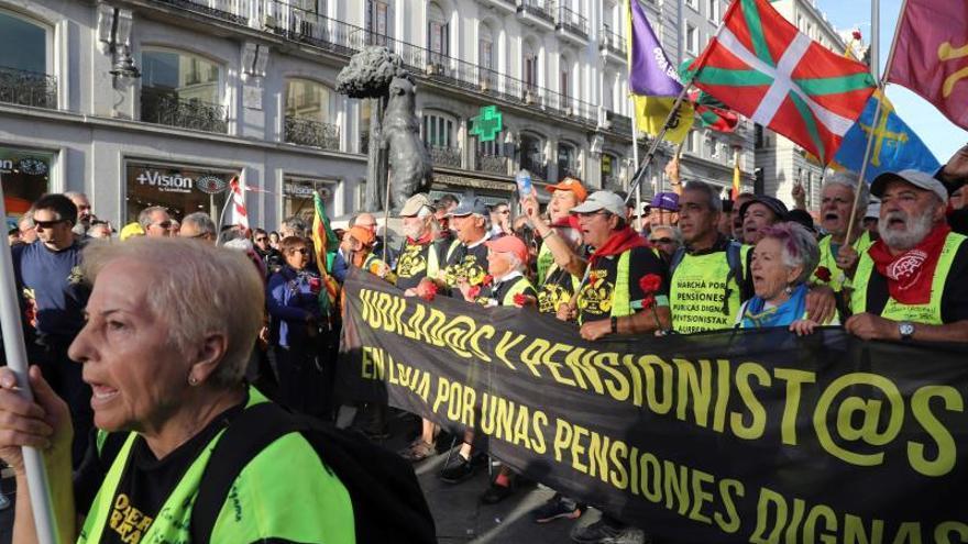 Llegada de la columna de pensionistas que ha salido desde el norte de España, a la Puerta del Sol.