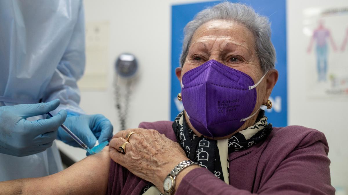 Una mujer recibe la vacuna contra el coronavirus en el centro de salud de O Carballiño durante la campaña de vacunación de mayores de 80 años en Galicia.