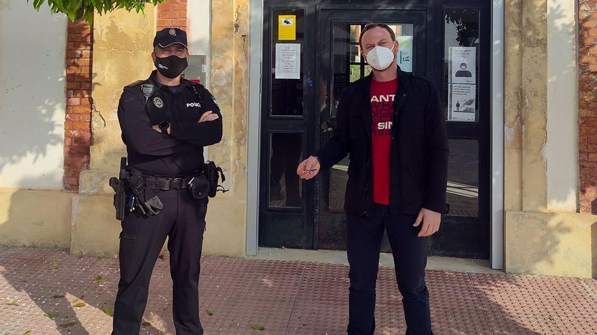 El edil de Seguridad de Palma del Río, Fran Corral, con las llaves de la estación de ferrocarril, junto al jefe de la Policía Local, Carlos Valenzuela.