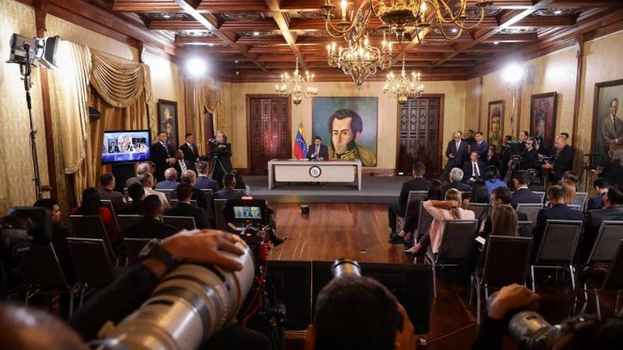 Periodistas asisten este lunes a una rueda de prensa del presidente de Venezuela, Nicolás Maduro, en Caracas (Venezuela).