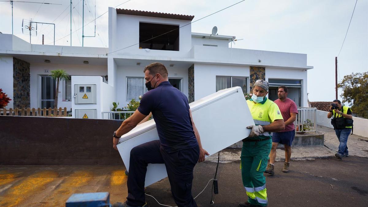 Desalojo de una vivienda en La Palma ante la llegada de la lava en La Palma