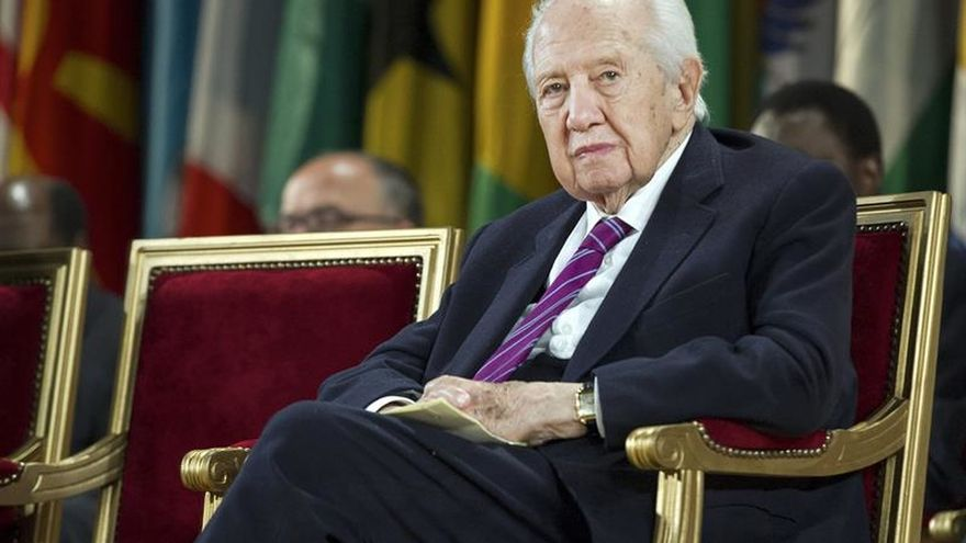 El expresidente luso Mário Soares ya sabe que está ingresado e interactúa