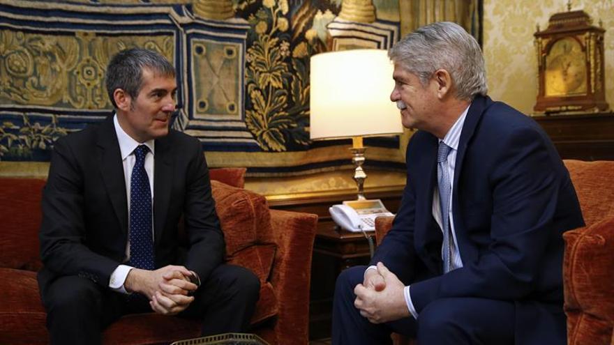 El ministro de Asuntos Exteriores, Alfonso Dastis,iz., y el presidente del Gobierno de Canarias, Fernando Clavijo.EFE/J.P. Gandul