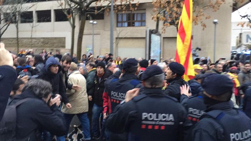 Un grupo de manifestantes se abalanza sobre el cordón policial que acordona el Museo de Lleida