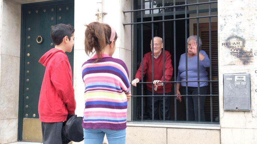 Los niños se han reencontrado con sus abuelos en su primer día de desconfinamiento en Sevilla.