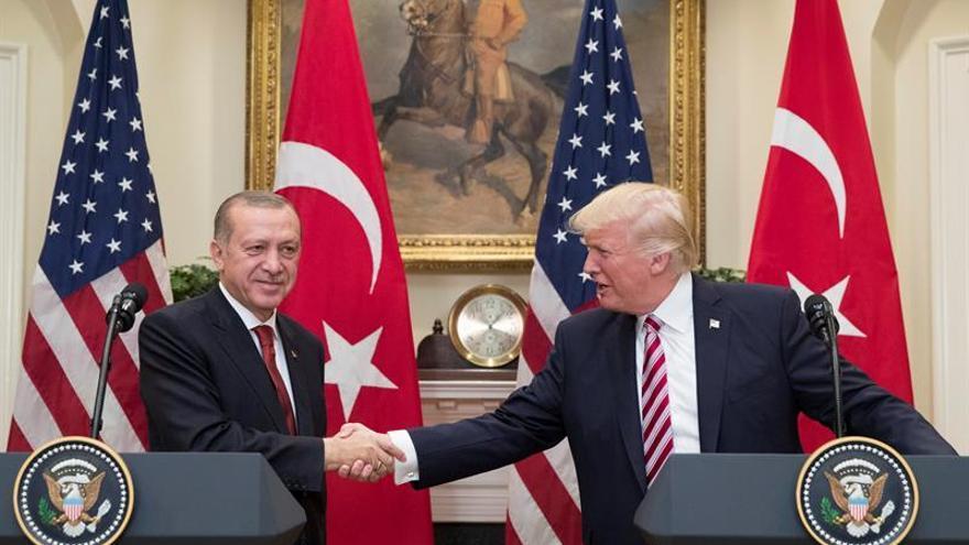 """Trump alaba a Erdogan y dice que tienen una """"gran amistad"""""""