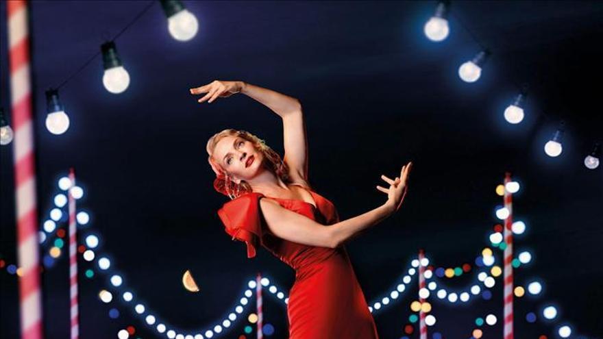 Vicky Martin Berrocal viste a Uma Thurman de flamenca en calendario Campari