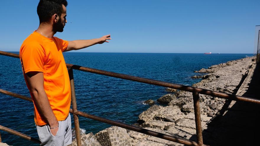 Akram consiguió salvar su vida y enseña a eldiario.es el lugar de la tragedia, donde falleció su amigo, la escollera de Melilla