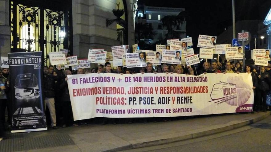 Las víctimas del Alvia, en las inmediaciones del Congreso de los Diputados