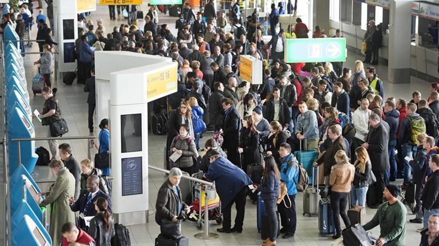 Aeropuertos holandeses avisan de retrasos por acciones sindicales de la Policía