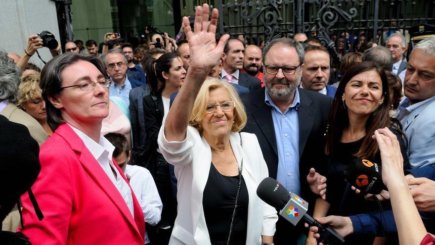 Manuela Carmena a la salida del Ayuntamiento de Madrid tras ser investida. / Efe