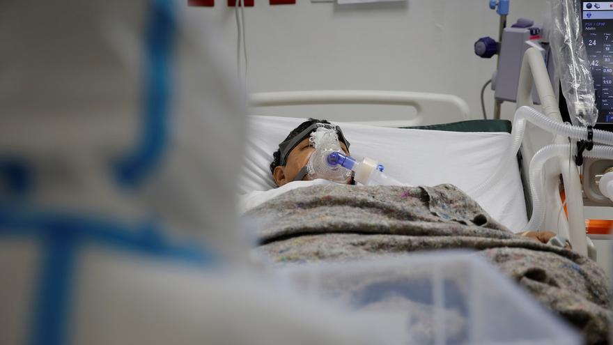 El Salvador reporta un aumento en las hospitalizaciones por la covid, según el ministro de Salud