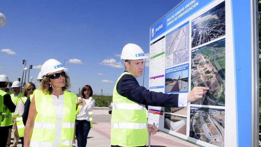Ana Botella visita la zona de Arroyo del Fresno en su etapa de alcaldesa. / Ayuntamiento de Madrid