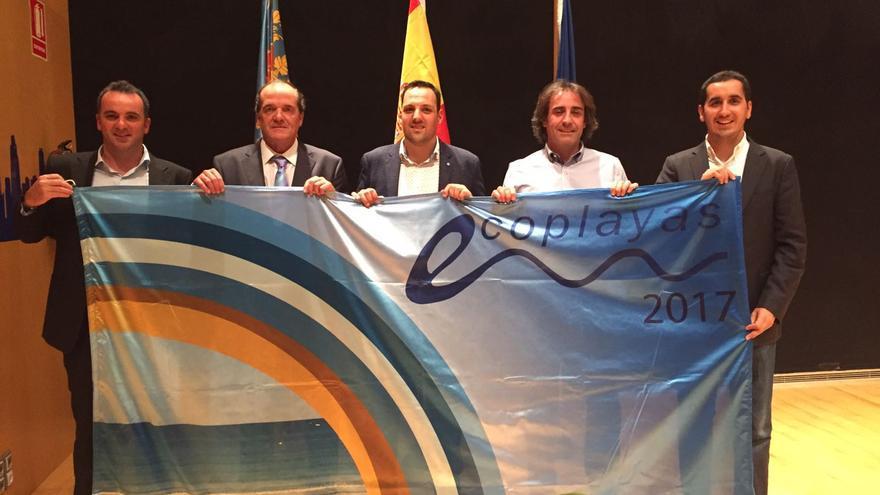 En la imagen, los representantes municipales de La Palma con la bandera.