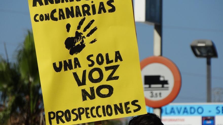 Un manifestante andaluz muestra su rechazo a los sondeos en aguas andaluzas y canarias.