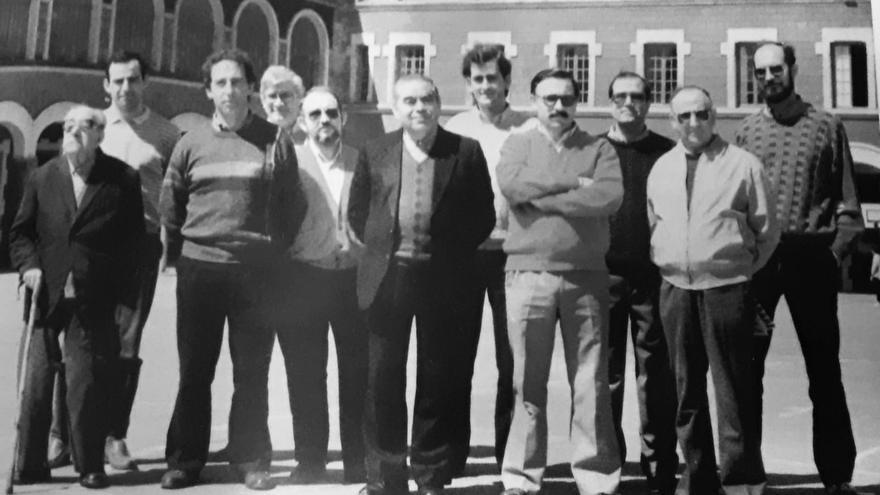 Fotografía de los docentes de Salesianos. Don Chemi es el quinto por la izquierda.