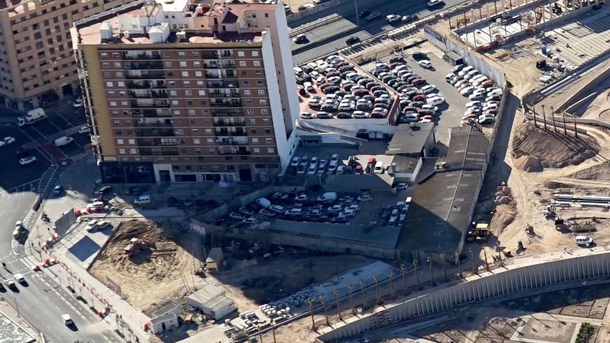 Vista aérea de la campa de coches del concesionario y justo abajo a la izquierda las máquinas desmantelando el lavadero