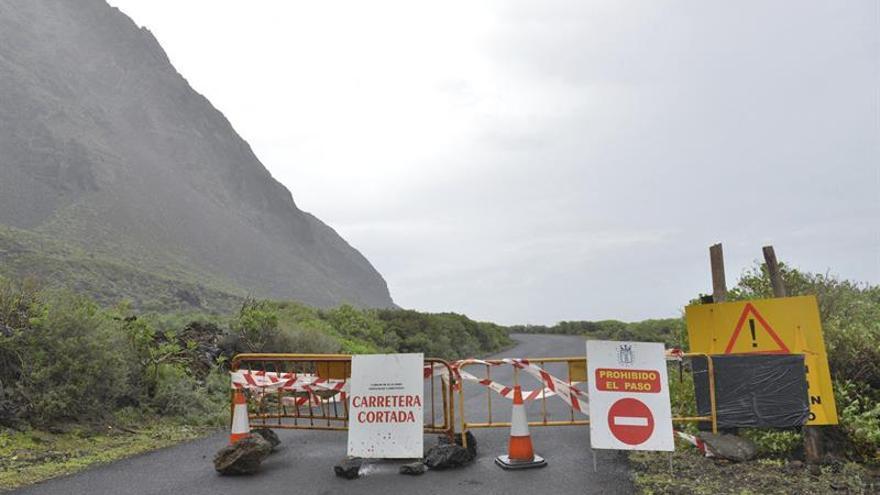 Vista de la carretera HI-500 que permanece cerrada al tráfico desde el pasado viernes 27 de noviembre, entre Pozo de La Salud hasta El Verodal, ambos en el término municipal de La Frontera, por desprendimientos. EFE/Gelmert Finol