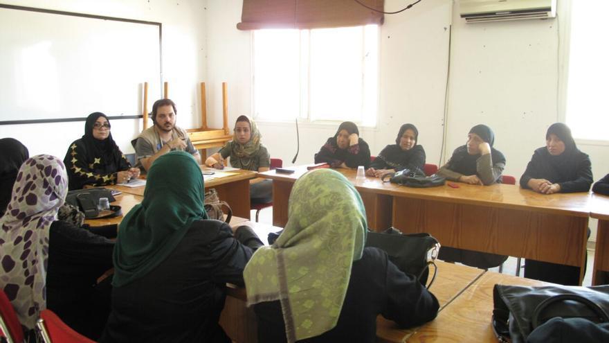 José Carlos Ceballos durante una reunión con las mujeres palestinas con las que trabaja en Gaza.