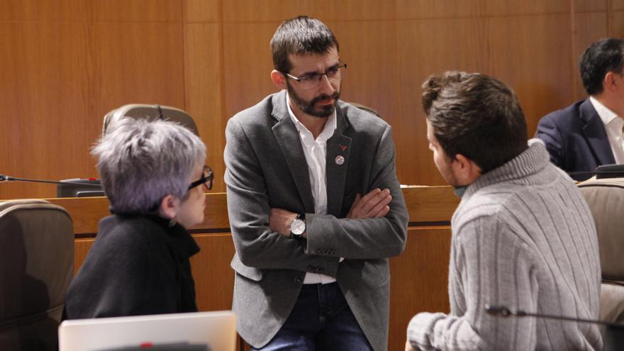 Álvaro Sanz (IU), de pie, conversa con Nacho Escartín (Unidas Podemos).