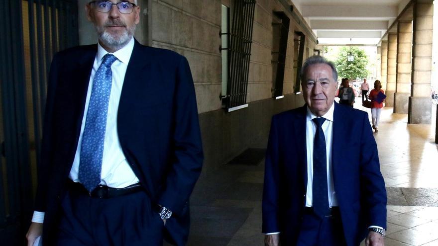 "El empresario que simuló besar a Teresa Rodríguez dice que le hizo una ""broma"" porque ""es de Cádiz"""