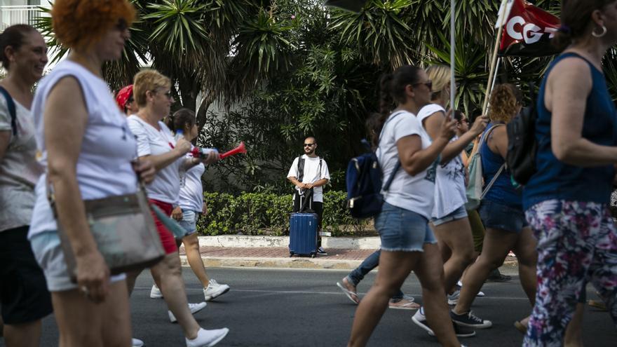 Un grupo de 'kellis' realiza un piquete a las puertas de un hotel en Sant Antoni, Ibiza