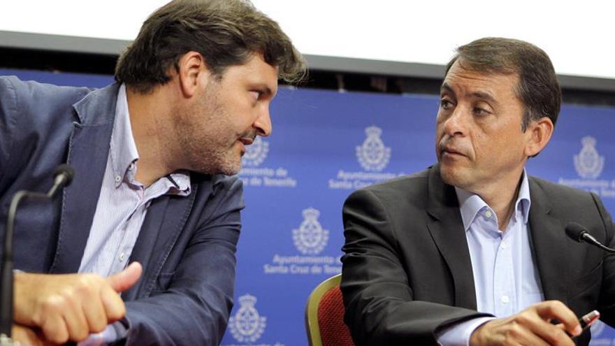 El alcalde de Santa Cruz de Tenerife, José Manuel Bermúdez, conversa con el teniente de alcalde José Ángel Martín. (EFE)