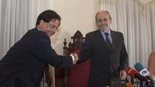 Francisco González saluda a José Ramón León, actual alcalde de Icod, tras este ganar la moción de censura el 17 de agosto de 2017