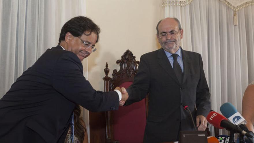 Francisco González saluda a José Ramón León tras este ganar la moción de censura el 17 de agosto pasado