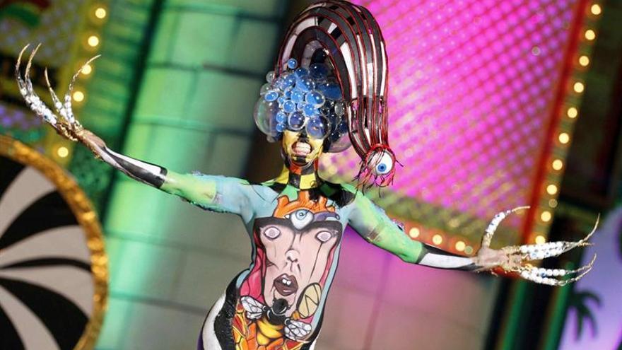 """La modelo Idaira Bujeda, con la fantasía """"La mala educación"""", durante el concurso de maquillaje corporal del Carnaval de Las Palmas de Gran Canaria, dedicado este año a """"Las Mil y una Noches"""". EFE/Elvira Urquijo A."""