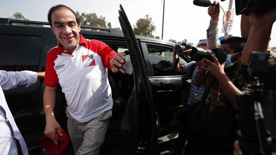 Candidato a presidente de Perú insiste en tratar la covid-19 con aguardiente