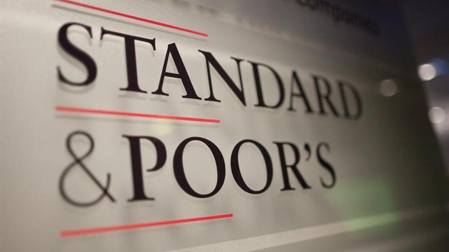 S&P mejora la perspectiva de la deuda griega pero la mantiene en bono basura